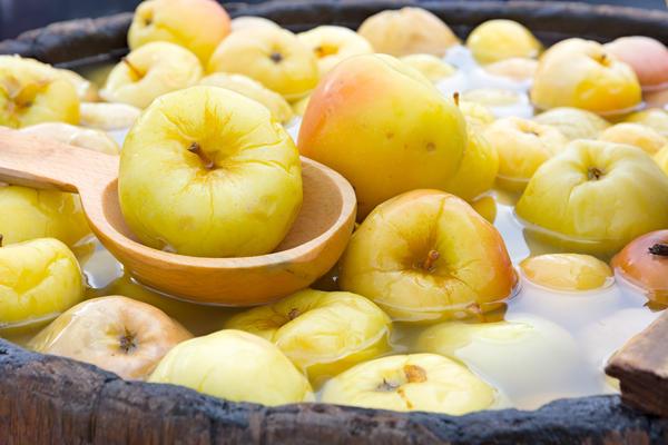 Моченые яблоки — самый простой и вкусный рецепт заготовки на зиму.