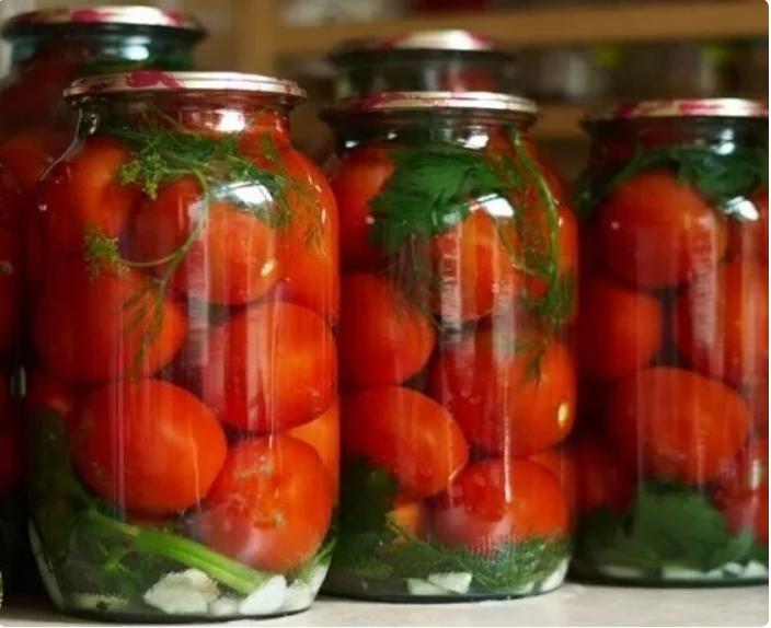 В течении 10 лет закрываю вкусные помидоры на зиму по своему рецепту. Банки не взрываются и не мутнеют.