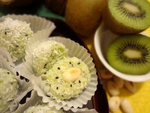 Вкусный и нежный десерт для стройняшек - шарики с киви и орехами