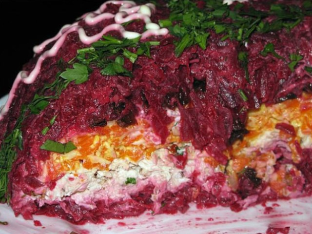 Интересное и оригинальное сочетание — салат «Монгольская горка». Вкуснотища нереальная!