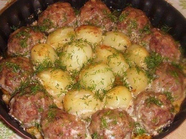 Котлетки с картошкой в сметанно-томатном соусе! Сочно, вкусно и питательно!