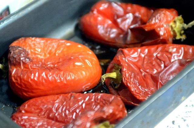 Ленюсь закатывать кучу банок: перцы и томаты на зиму. Быстро, просто, экономит место!Есть тут кто-то, кто как я не накрутил в этом году кучу банок маринованных томатов и перцев? Хотя вот соусов много наделала, лечо всяких, заморозила свежими. А вот ещё способ заготовки для тех, у кого места в морозильнике — кот наплакал. Он экономит время, пространство и сохраняет вкус. Зимой, да ещё в условиях цейтнота когда надо очень быстро да ещё и вкусно после работы приготовить на всю семью этот способ хранения очень выручит. Беру перцы и томаты. Свежие. Они сейчас дешевые очень. Чеснок тоже свежий режу мелко-мелко. Томаты режу на половинки, сверху щедро посыпаю сушеными душицей (она же орегано) и тем самым накрошенным мелко чесноком. И солью крупной ещё. Болгарские перцы просто укладываю в противень с высокими бортами. И — в духовой шкаф примерно на час на 200°С. Томаты раньше перца будут готовы. Готовность определяю потыкав ножиком — плоды должны быть полностью мягкими, перцы чуть-чуть поджарятся. Они могут быть готовы и раньше, зависит от духовки, следите по состоянию. Спонсорский контент Mgid Вот так выглядят запеченные томаты. Ленюсь закатывать кучу банок: перцы и томаты на зиму. Быстро, просто, экономит место 6 А вот так перец. Ленюсь закатывать кучу банок: перцы и томаты на зиму. Быстро, просто, экономит место 8 Он немного поджарился, это придаст интересную нотку готовому блюду. Из овощей ушла влага, но они не высохли, а сохранили структуру. А вкус стал более насыщенным и выраженным. Снимаем кожуру. Прямо руками, это очень просто, она сама отходит. Из противня томатов получилась маленькая тарелочка мякоти. И такая же тарелочка из перцев. Раскладываю всё по пакетам зип-лок и в морозилку. За счёт того, что из плодов ушла влага, они занимают существенно меньше места. Куда эту прелесть можно использовать: Соусы; Чатни; Супы, заправки; Как соус с макаронам. В прошлом году так перцы замораживали, их очень вкусно взбить потом с острым перцем, добавить овощного бульона и потоми