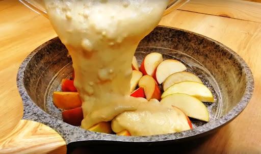 Потрясающий пирог на сковороде с яблоками. Тесто готовится пару минут!