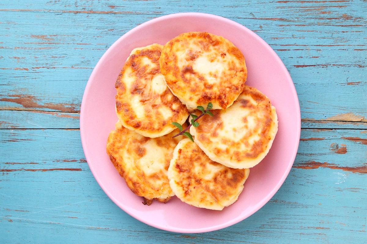 Рецепт привлекательных и аппетитных яблочных сырников