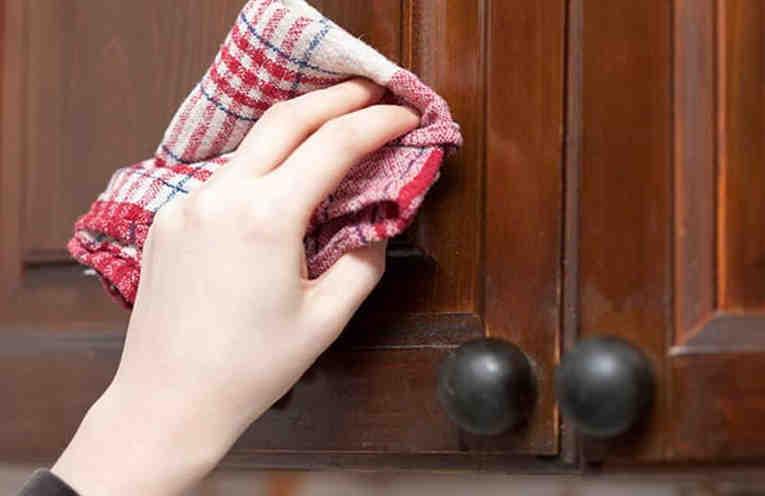 Как легко и без усилий очистить кухонную мебель от жирного налета